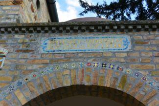 díszes mozaik felirat a Bory-vár bejárata felett