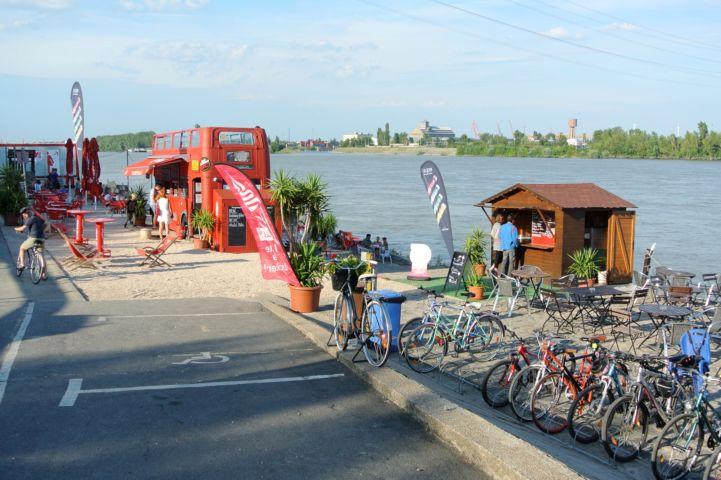 kutya- és biciklibarát a Dunaparty Megálló szórakozóhely