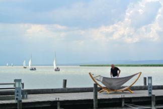 függőágyban is pihenhetünk a Fertő tó stégjein, miközben vitorlások húznak el mellettünk