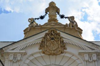 címer az Érseki palota homlokzatán