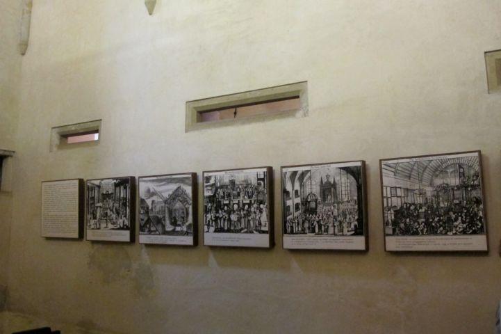 a résablakokon keresztül követték a nők a tórateremben történő szertartásokat, alattuk pedig a zsidó ünnepeket bemutató ismertető táblák