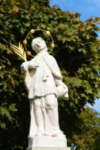 Nepomuki Szent János-szobor a Szent Kereszt felmagasztalása templom kertjében