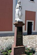 szobor a Loyolai Szent Ignác-templom előtt