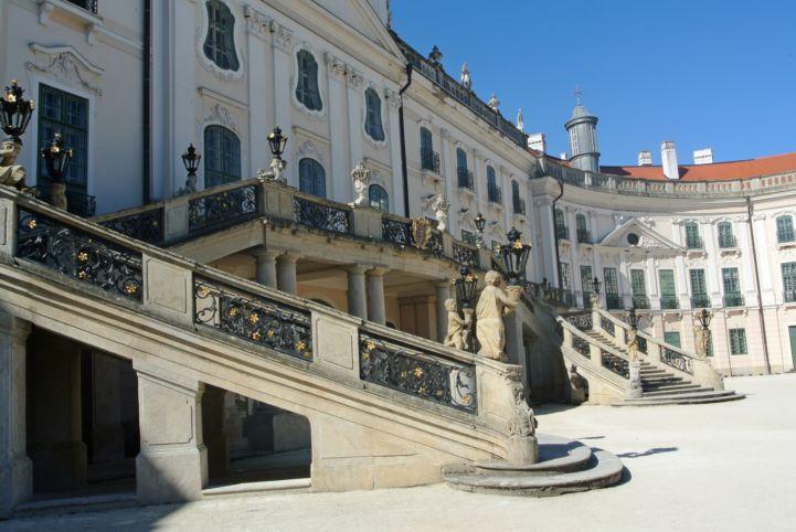 díszes lépcsősorok vezetnek a kastély díszkertjébe