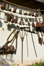 régi használati tárgyak a Csillagvár falán