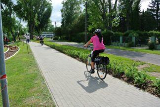 biciklisták a mezítlábas ösvény mellett