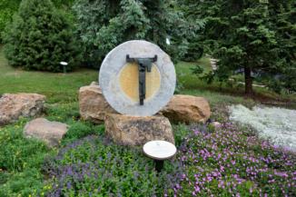 Friedrich Press emlékműve a Folly Arborétumban. Az eredeti feszület Németországban, Bischofferodeban található.