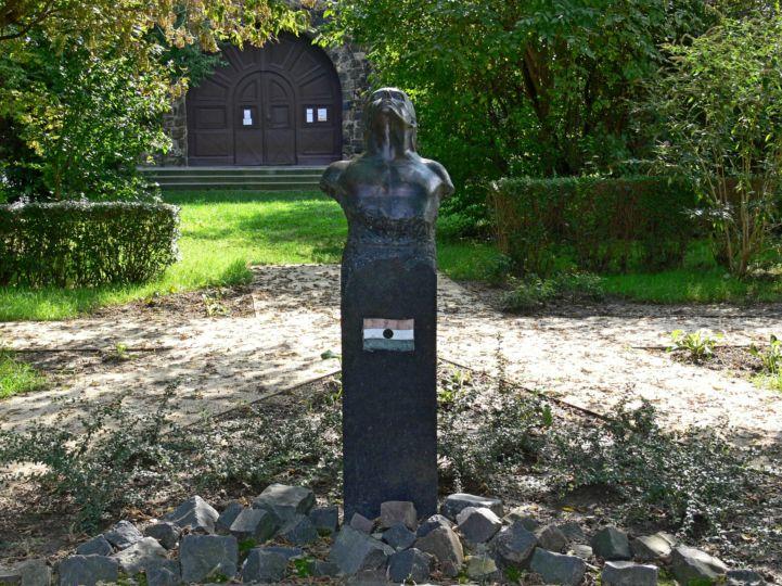 Áldozat című bronzszobor
