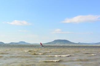 windsurf-ös a Badacsonnyal a háttérben