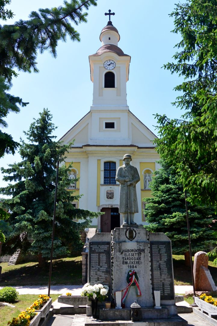 első világháborús emlékmű a Szent Mária Magdolna-templom előtt