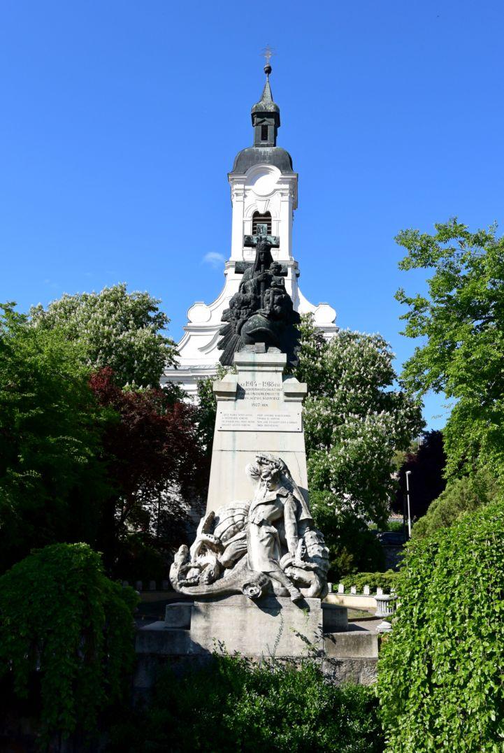 Szent József-templom, előtte első világháborús emlékmű