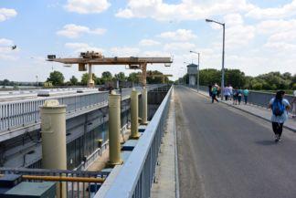 kiskörei vízlépcső, hídon lehet átjutni a vízlépcső fölött a túlsó oldalra
