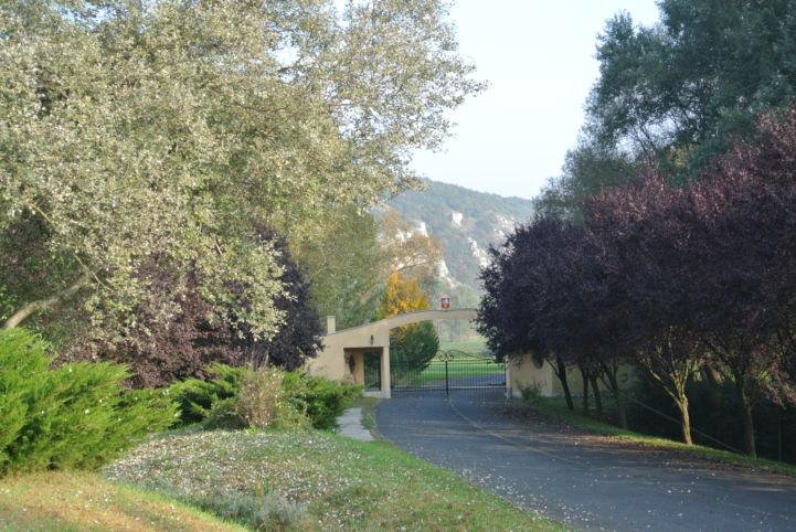 egy birtok bejárata, a háttérben az Óbarki sziklák
