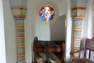 a Magyarok Nagyasszonyát (Patrona Hungariae) ábrázoló színes üvegablak a Bory-várban