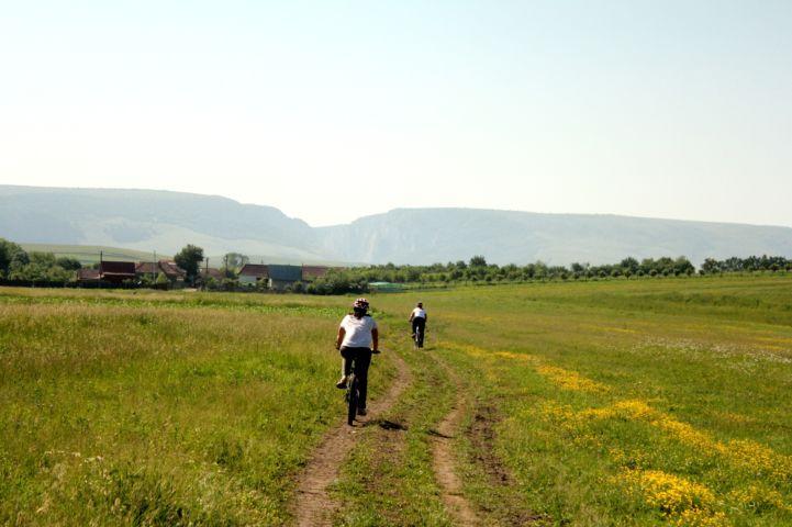 Indal falu, a háttérben a Tordai hasadék