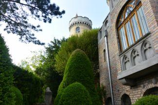 a Bory-vár egyik tornya a kertből nézve