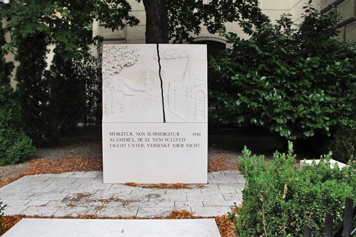 Kitelepítési emlékmű az evangélikus templom mellett