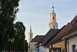 a római katolikus és az evangélikus templom tornya
