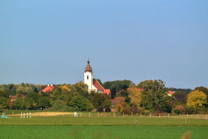 a Kéthelyi templom látképe a távolból
