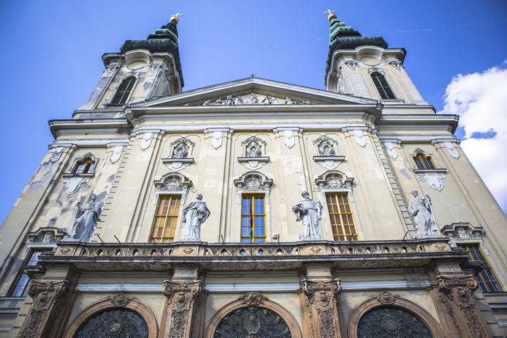a bejáratból feltekintve a Szent Imre-templom főhomlokzatára