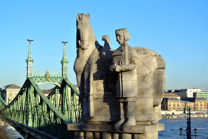 Szent István-szobor a Gellért-hegyen, háttérben a Szabadság híd