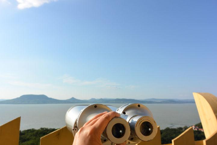 távcsővel is megcsodálhatjuk a Balaton-felvidék tanúhegyeit a fonyódi Várhegyi kilátóból