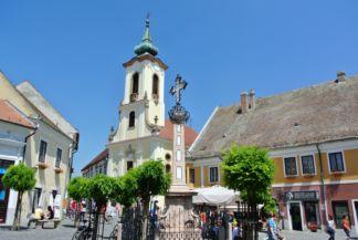Pestis kereszt és Blagovesztenszka-templom a Fő téren