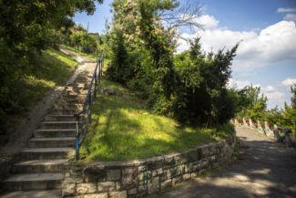 lépcsősor vezet egyre feljebb a Gellért-hegyen