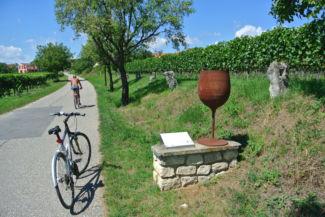 borospohár-szobor a kerékpárút mentén