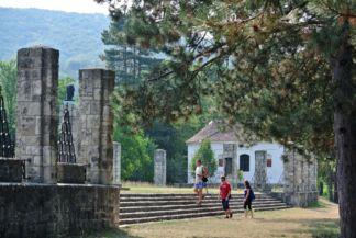 turisták a Hősi emlékműnél