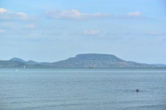 a Badacsony látképe Balatonberény partjáról, háttérben a Guláccsal és a Tóti-heggyel