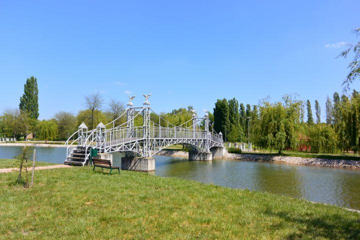 a Szabadság híd kicsinyített mása vezet az Ifjúsági-tó kis szigetére