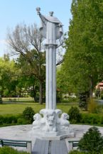 Pázmány Péter Katolikus Egyetem, Aquinói Szent Tamás szobor, Raffay Dávid alkotása, 2000
