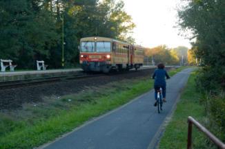 a sínek mellett vezet a bicikliút Gyenesdiáson