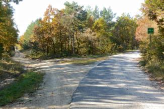 a földút végén elérjük a hegységet átszelő kis forgalmú utat
