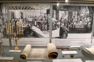 kiállítási tárgyak az Ózsinagóga női termében