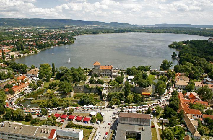 légifelvétel a Tatai várról és tóról