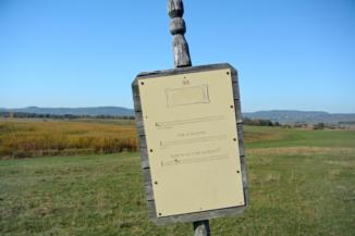 három nyelvű információs tábla a Kornyi-tó mellett