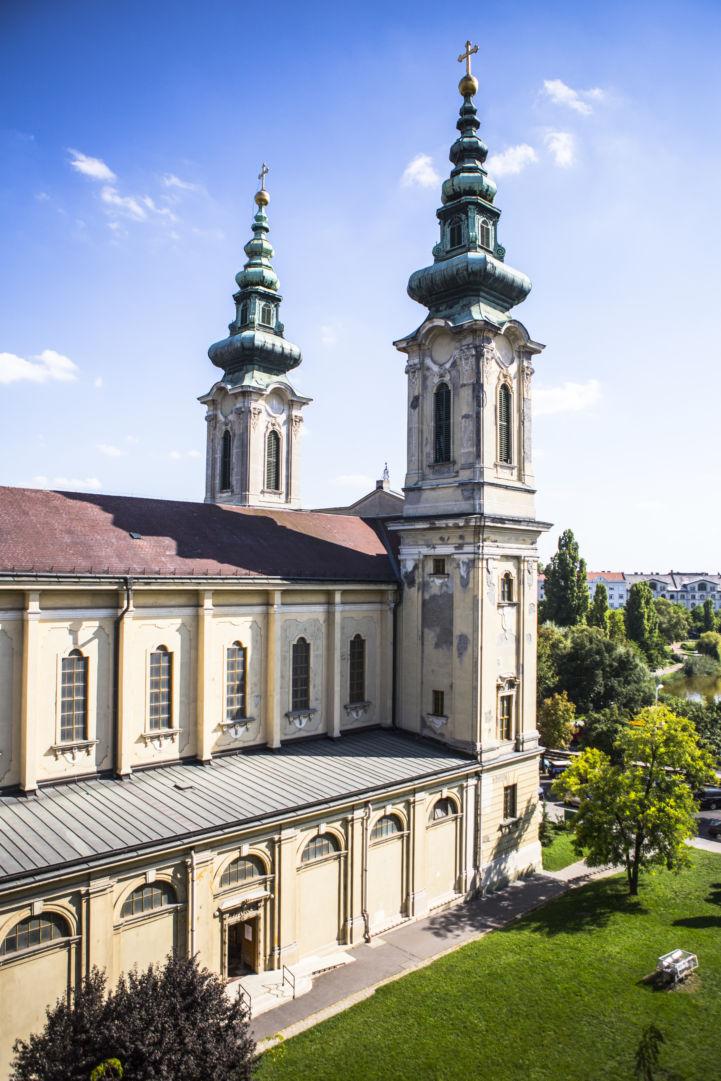 Szent Imre-templom a szomszédos Budai Ciszterci Szent Imre Gimnázium emeletéről nézve