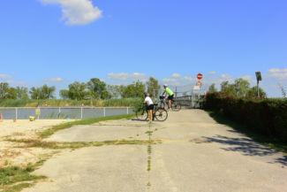 kerékpárosok a kikötő mellett