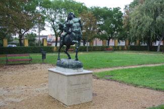 """""""Szerelmes Kentaur"""" szobor a kastély kertjében"""