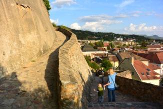 a Szent István-lépcső vezet fel a Szent Tamás-hegyre