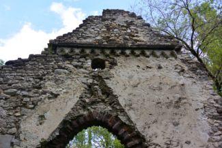 Kövesdi templomrom homlokzata