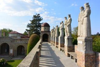 királyok, dalnokok, hősök szobrai őrzik a Bory-várat