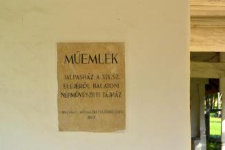 műemléki tábla a balatonszentgyörgyi Talpasház falán
