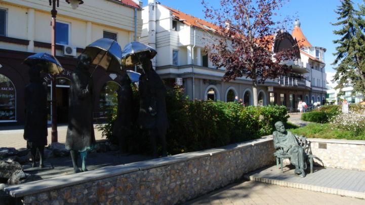 Várakozók szobor és Czóbel Béla-szobor