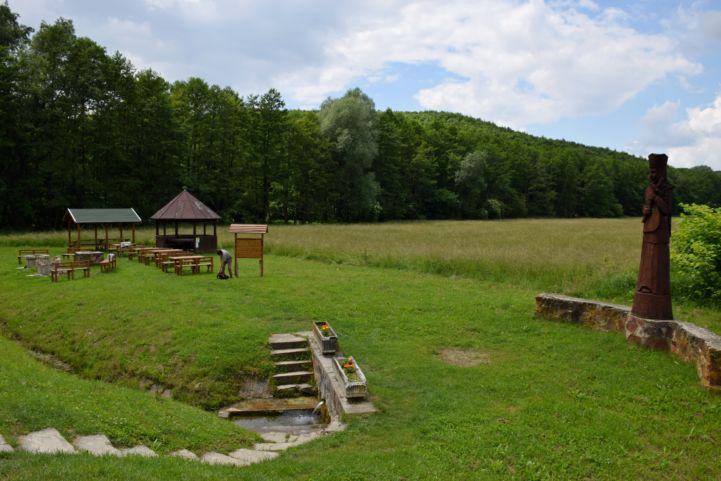 Kozár-forrás és pihenőhely Kistolmácson