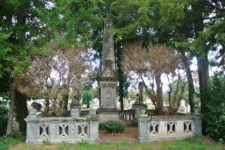 régi síremlék a Pusztazámori Remeteség mellett