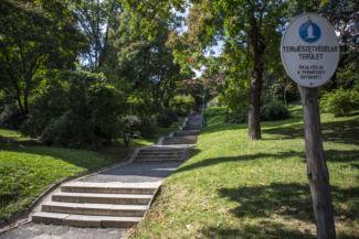 számos lépcsősor vezet fel a hegyre
