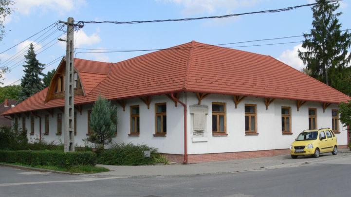 Nemzedékek Háza, oldalán az I. világháborús emlékfallal